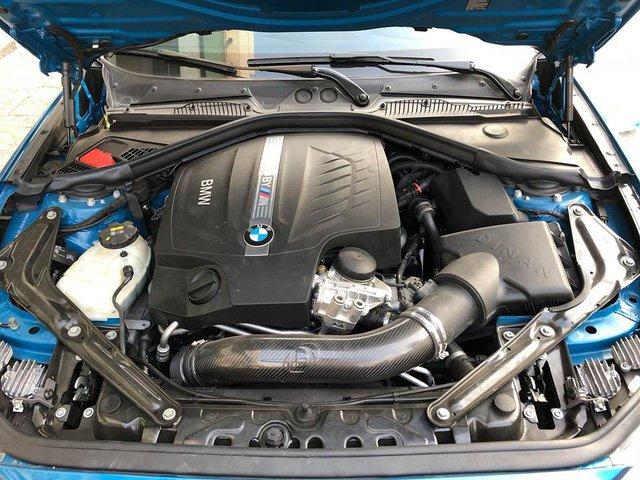 Khoang động cơ được độ chi tiết carbon.