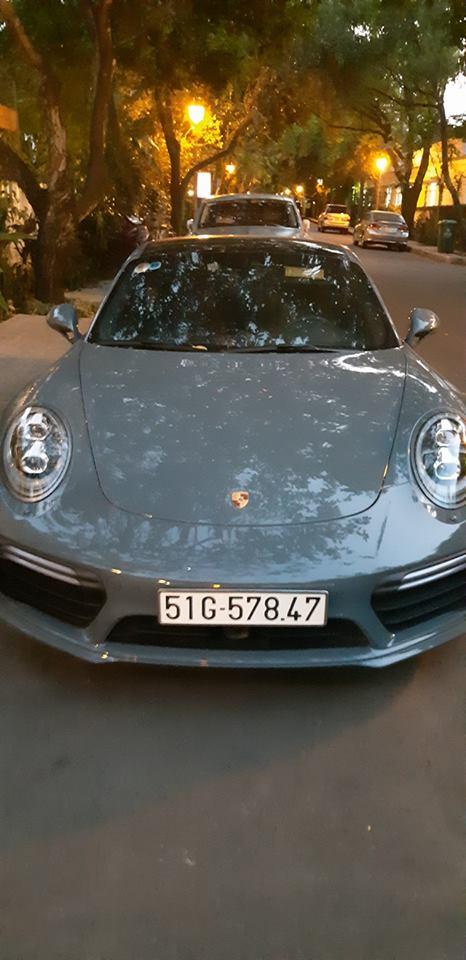 Porsche 911 Turbo S màu xám lông chuột trước biệt thự của Chủ tịch Trung Nguyên.