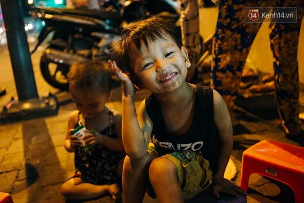 Đường phố lúc nào cũng đông đúc xe cộ, chị Tư thì không phải lúc nào cũng trông chừng được hai đứa nhỏ.