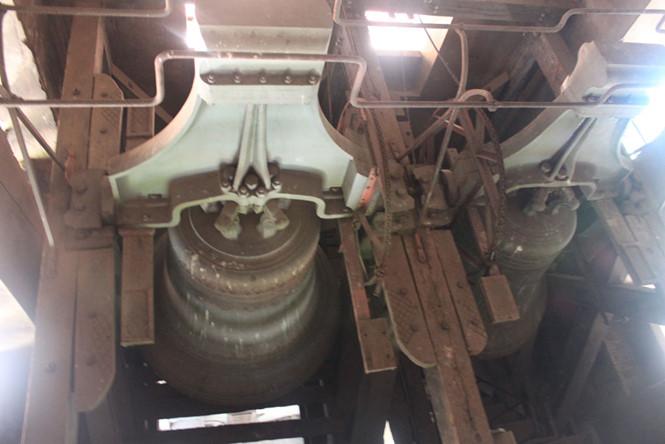 Bộ chuông cổ cũng sẽ được trùng tu. Ít người có thể tận mắt nhìn thấy rõ bộ chuông cổ độc đáo được lắp đặt bên trong hai tháp chuông nhà thờ Đức Bà. Bộ chuông gồm 6 quả nặng tổng cộng gần 30 tấn gắn trên 2 tháp được đánh giá không chỉ độc đáo nhất khu vực Đông Nam Á mà còn khiến cả thế giới phải ghen tị. Chất liệu chuông bằng đồng, do hãng đúc chuông Bolley chế tác vào năm 1879 tại Pháp với những đường nét họa tiết trên chuông rất tinh xảo và mỗi quả chuông đều có đường nét hoa văn khác nhau. Bộ chuông được phối âm độc đáo với các cung: sol, la, si, do, re, mi ẢNH: ĐÌNH PHÚ