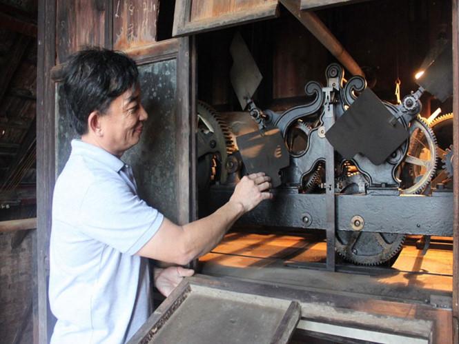 """Phía trên phần chóp chính giữa mặt tiền nhà thờ Đức Bà có gắn một chiếc đồng hồ báo giờ từ hơn 100 năm qua, nhưng """"nội thất"""" của chiếc đồng hồ đặc biệt này thì ít người có dịp nhìn thấy. Bộ cơ đồng hồ nằm gọn trong một khung gỗ có chiều dài khoảng 3m, chiều ngang 1m nằm trên mái vòm nhà thờ ẢNH: ĐÌNH PHÚ đợt này ẢNH: ĐÌNH PHÚ"""
