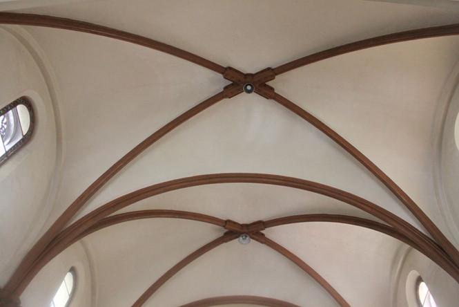 Bên dưới mái vòm bê tông nhà thờ Đức Bà từ ban đầu còn có giàn thanh sắt vòm kết cấu như giá đỡ vững chãi ẢNH: ĐÌNH PHÚ
