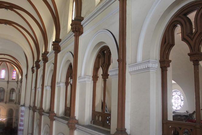 Kết cấu thanh sắt thẳng đứng bám sát các vách tường dày, ô cửa bên trong nhà thờ Đức Bà ẢNH: ĐÌNH PHÚ tuổi tọa lạc giữa trung tâm TP.HCM ẢNH: ĐÌNH PHÚ