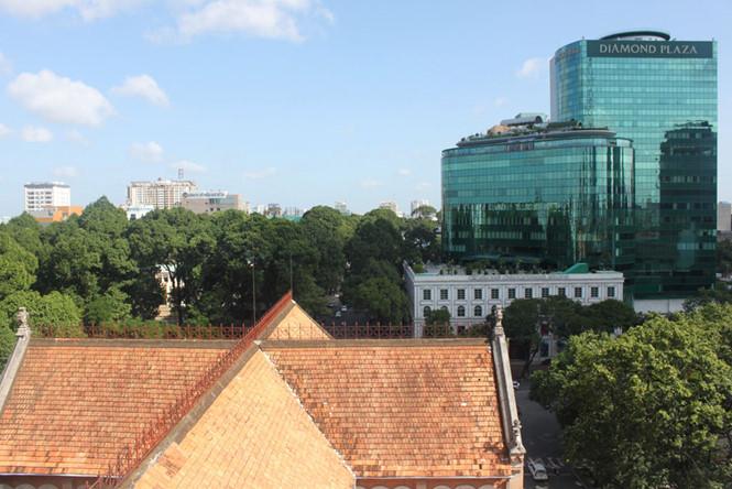 Mái ngói nhà thờ Đức Bà dài 91,5m, rộng 35,6m và cao 60,5m với khoảng 100.000 viên ngói sẽ được tháo dỡ để thay mới ẢNH: ĐÌNH PHÚ