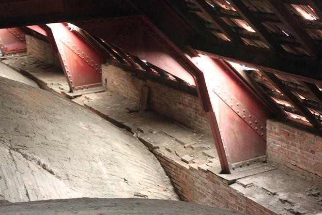 Trải qua thời gian 138 năm, mái ngói nhà thờ Đức Bà nhiều điểm bị hư hỏng, xuống cấp ẢNH: ĐÌNH PHÚtrong ẢNH: ĐÌNH PHÚ