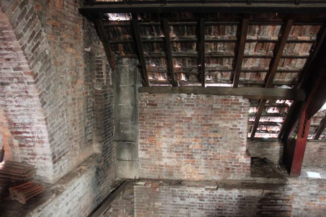 Tường nâng mái ngói xây bằng gạch, có bề ngang gần 1m. Nhờ vật liệu tốt nên không bị rêu mốc qua thời gian ẢNH: ĐÌNH PHÚ
