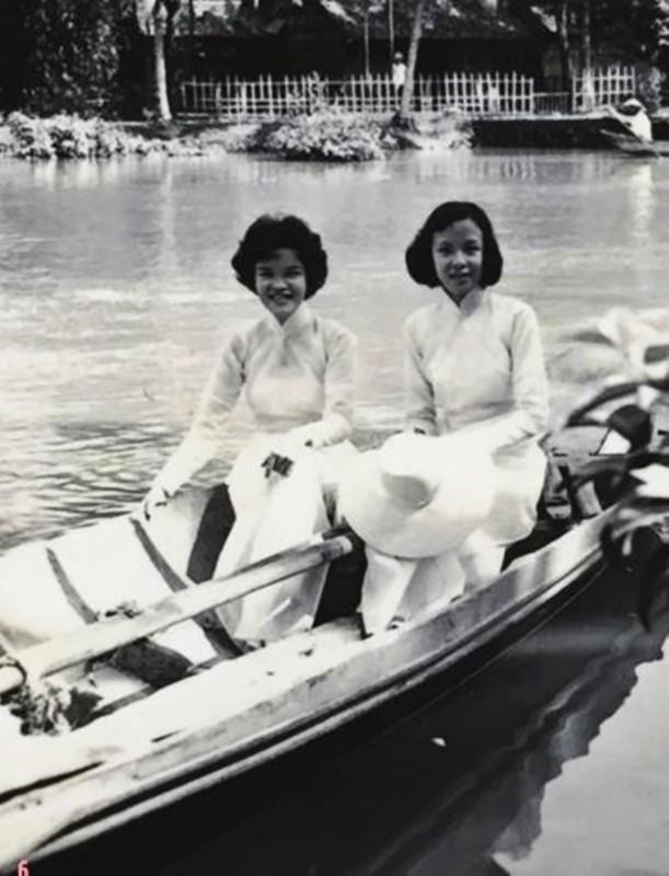 Nữ sinh Hằng Lâm (bìa trái).