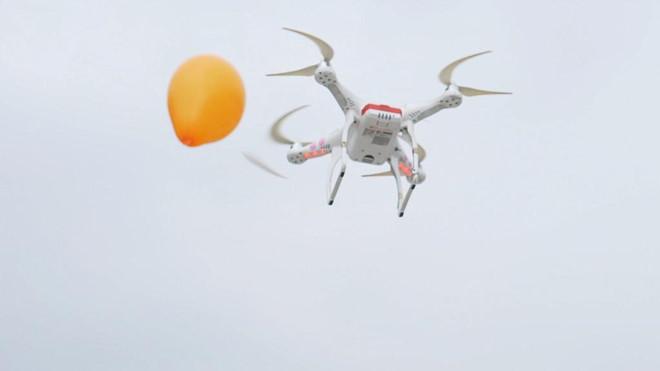 Đến với Flycam Festival, người xem sẽ được chứng kiến tận mắt các flycam cẩu đồ vật hay chém bong bóng.Bắn pháo hoa nhiều hiệu ứng