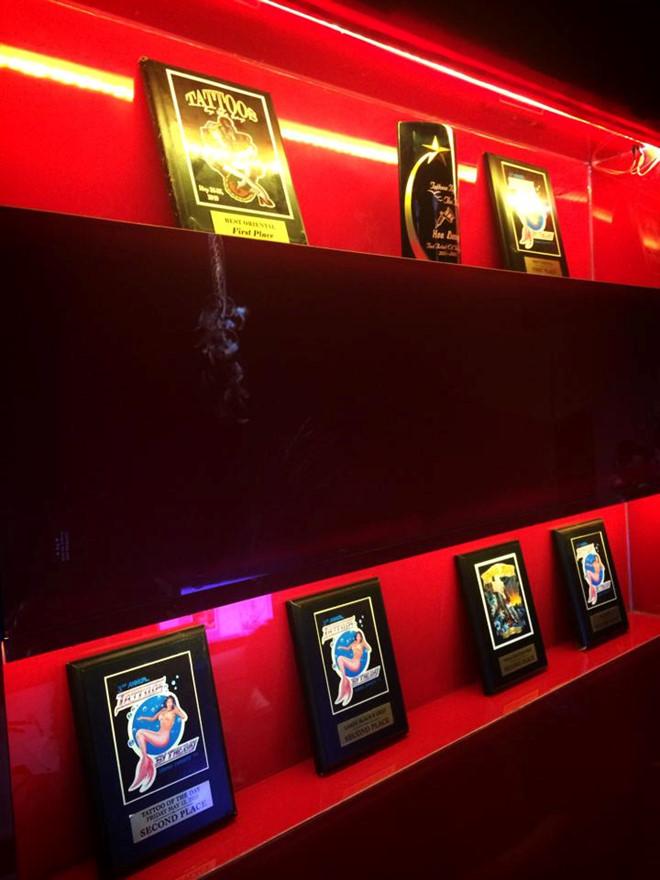 Các giải thưởng ấn tượng Hòa Đặng đạt được tại những cuộc thi xăm hình quốc tế.