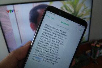 Tin nhắn kêu gọi khách hàng kiểm tra thông tin và đi bổ sung thông tin, ảnh chụp còn thiếu của nhà mạng Vinaphone gửi trong sáng 8-4. - Ảnh: ĐỨC THIỆN