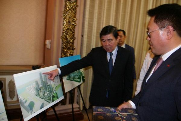 Chủ tịch UBND TP.HCM Nguyễn Thành Phong và tổng giám đốc điều hành Lotte Asset Development thảo luận về dự án - Ảnh: TIẾN LỰC