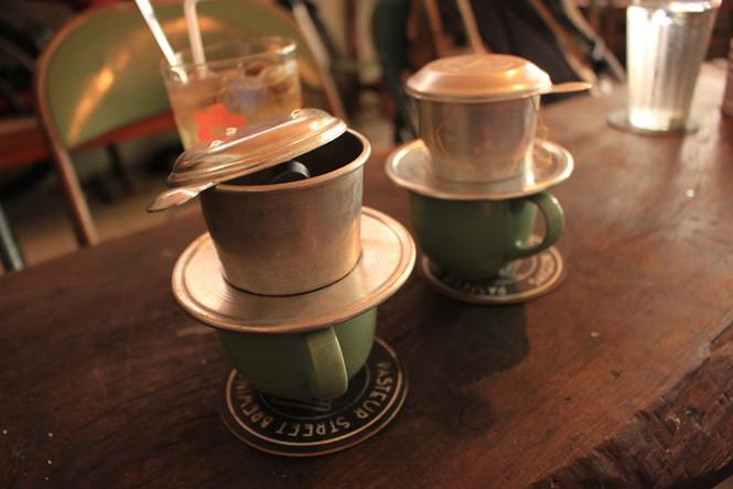 Cà phê pha phin rất đậm ẢNH: LƯU TRÂN