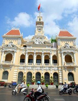 Khối nhà mặt tiền đường Lê Thánh Tôn 129 năm tuổi. Đây là một trong những công trình kiến trúc cổ nổi tiếng bậc nhất của TP.HCM nói riêng và cả nước nói chung ẢNH: NGỌC DƯƠNG