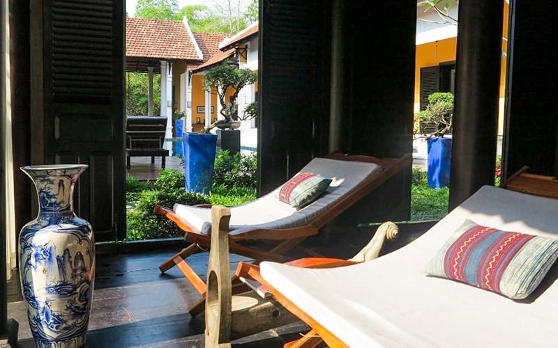 Khu vực phòng chờ và nhà hàng cũng là địa điểm hoàn hảo để bạn có thể đọc sách, trò chuyện hay sưởi nắng trong không gian yên bình. Ảnh: La Maison de Campagne Resort