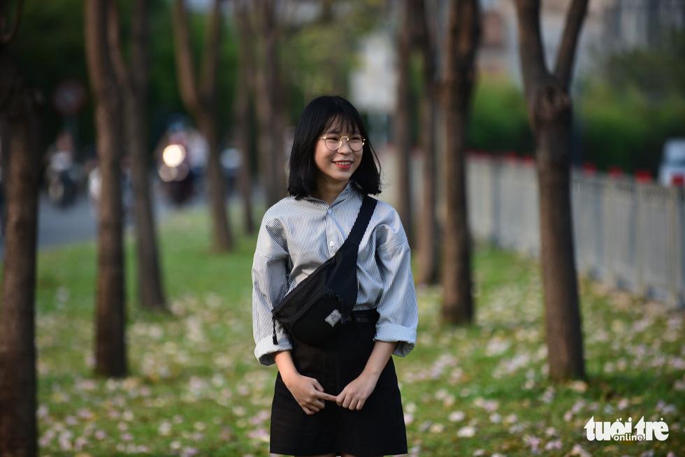 Hàng hoa kèn hồng (đường Võ Văn Kiệt, Q.1) đang rất thu hút giới trẻ ghé lại chụp hình cùng hàng cây hoa kèn hồng đẹp mắt - Ảnh: THUẬN KHÁNH