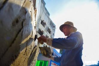 Thợ xây đứng nắng nguyên ngày dưới tiết trời có lúc vượt qua mốc 40 độ C trong những ngày nắng nóng cao điểm của Sài Gòn - Ảnh: THUẬN KHÁNH
