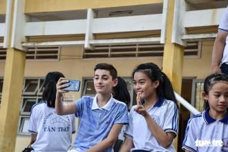Những học sinh Việt Nam và Pháp làm quen với nhau - Ảnh: Isabelle Clemenceau