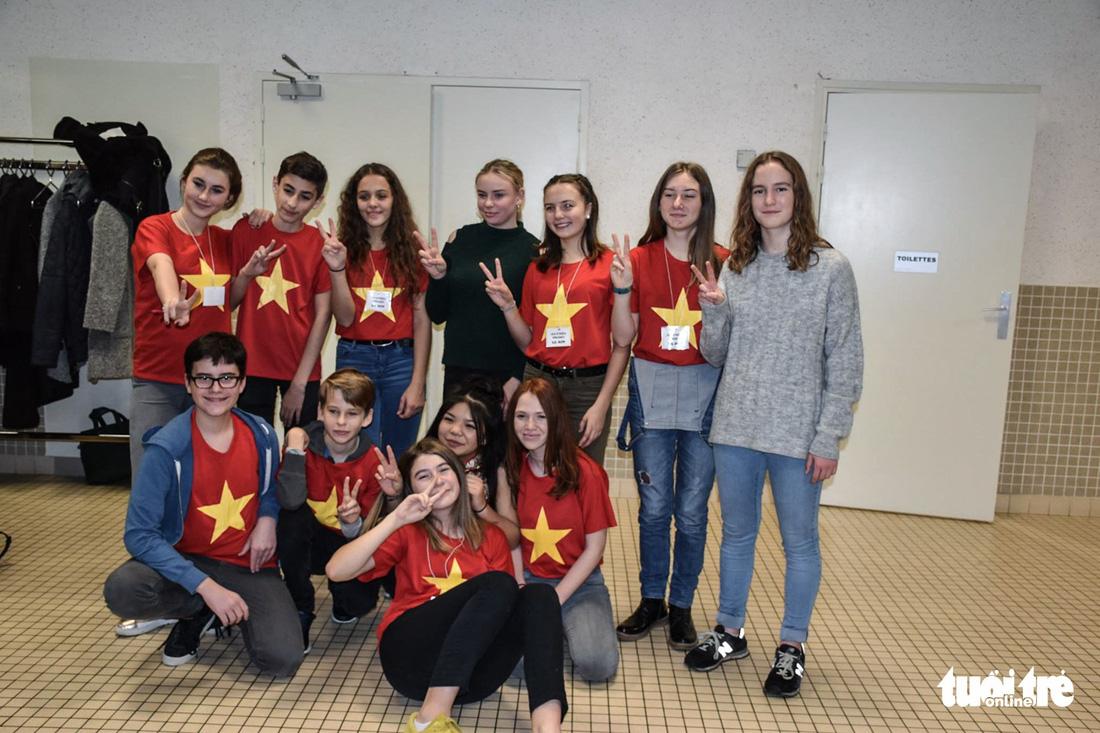 Các học sinh Pháp mặc áo cờ đỏ sao vàng trong các hoạt động các em tham gia để quyên góp tiền cho dự án - Ảnh: Isabelle Clemenceau
