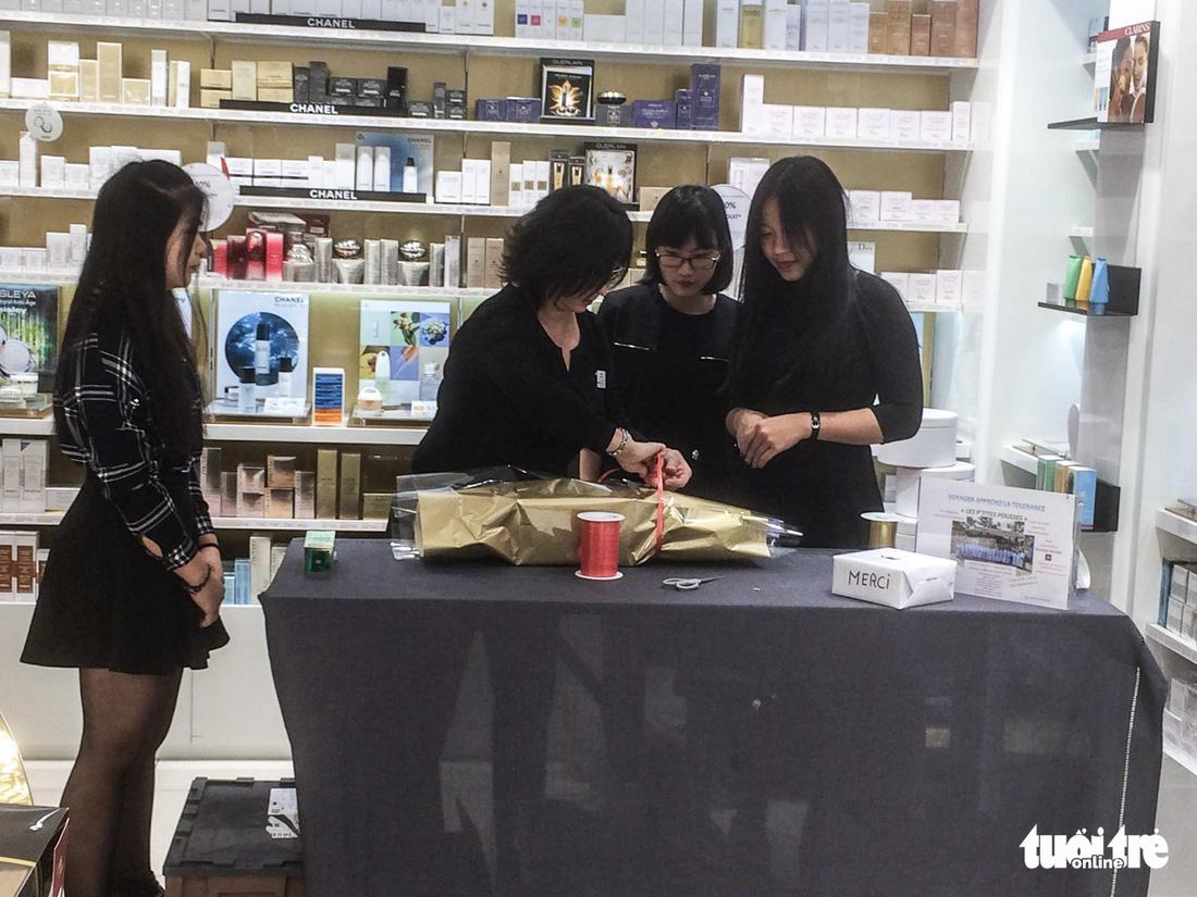 Các học sinh Pháp khi đi gói quà tại cửa hàng mỹ phẩm - Ảnh: Isabelle Clemenceau