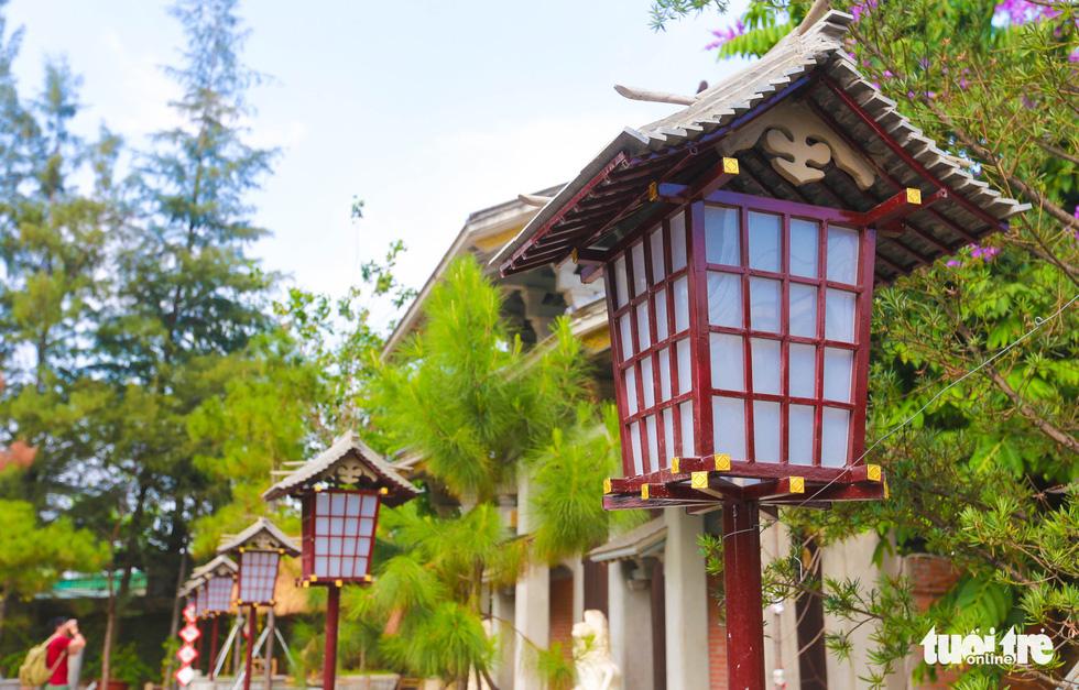 Quanh khuôn viên là những chiếc đèn làm bằng gỗ và giấy có hình lục giác, thường thấy trong các lễ hội hoặc ở lối đi cổng đền chùa của Nhật Bản - Ảnh: MINH HẢI