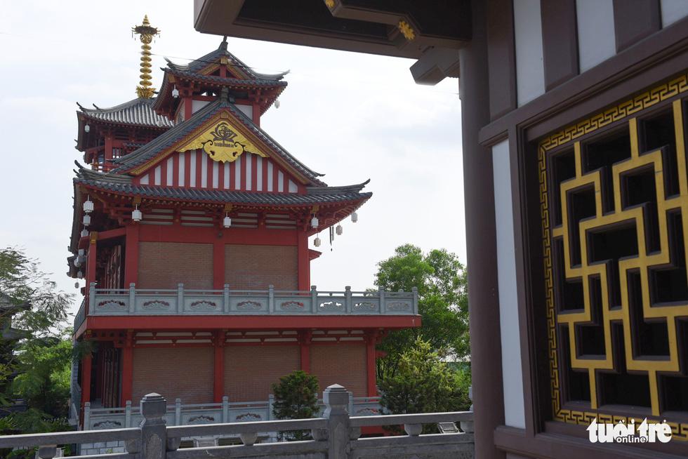 Tu viện có nhiều nét kiến trúc tựa như những ngôi chùa Nhật Bản. Nổi bật là khu nhà tăng ni và khách đường với kết cấu bằng gỗ hoặc sơn màu giả gỗ kết hợp với màu đỏ đặc trưng của xứ mặt trời mọc - Ảnh: MINH HẢI
