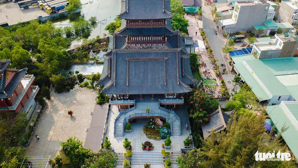 Đến năm 2006, chùa được trùng tu lớn, gần như xây dựng mới và hoàn thiện như hiện tại vào năm 2016, đổi tên thành tu viện Khánh An. Công trình lớn nhất là khu chánh điện được xây dựng uy nghiêm với bốn tầng bằng vật liệu chủ yếu là gỗ và đá - Ảnh: MINH HẢI
