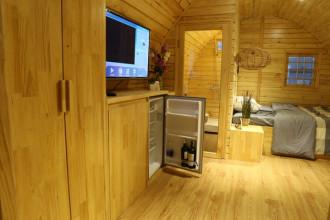 Sau khi giới thiệu mẫu nhà gỗ 12 m2 được nhiều người yêu thích, một công ty ở Sài Gòn tiếp tục cho ra kiểu nhà rộng 20 m2 với nhiều tiện ích hơn. Căn nhà làm bằng gỗ thông với cấu trúc dạng vòm có đầy đủ các khu chức năng giống một căn hộ khép kín.