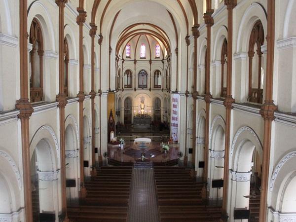 Ngay từ khi mới x ây dựng và khánh thành năm 1880, phần phía trên nhà thờ Đức Bà được thiết kế tách biệt giữa mái ngói và vòm bê tông kiên cố bao kín không gian bên dưới. Do đó, dù có tháo dỡ toàn bộ mái ngói cũng sẽ không ảnh hưởng đến kết cấu phần còn lại ẢNH: ĐÌNH PHÚ