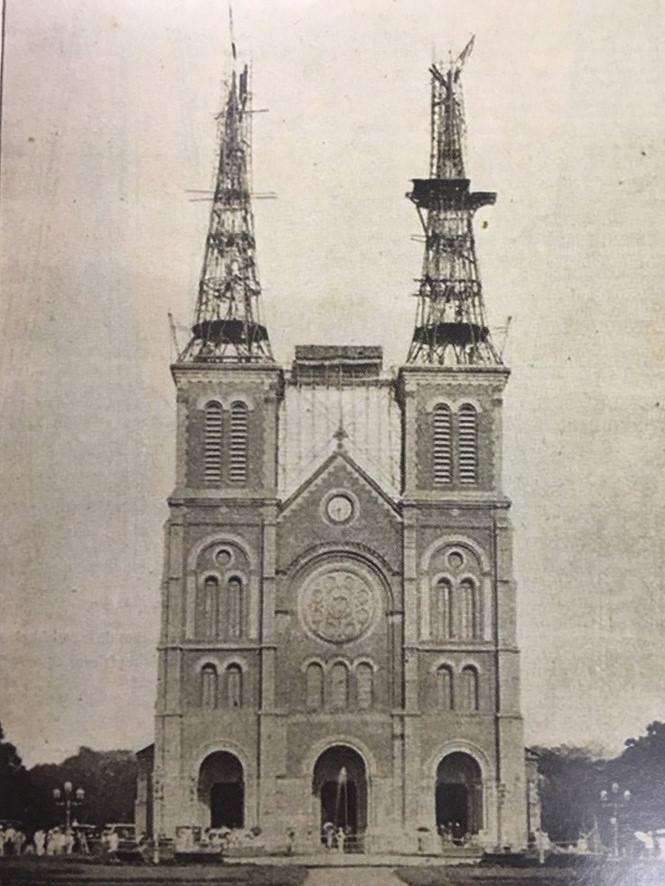 Phần cao nhất của nhà thờ là hai tháp chuông. Khi mới hoàn thành công trình vào năm 1880, hai tháp chuông cao khoảng 37m. Năm 1895, theo thiết kế bổ túc của kiến trúc sư Fernand Gardes, hai tháp thép dạng chóp nhọn được lắp dựng thêm bên trên tháp chuông, làm cho tháp chuông nhà thờ vươn cao trên bầu trời với chiều cao mỗi tháp khoảng 60m. Để đỡ bộ chuông nặng gần 30 tấn với 6 quả chuông, tường nhà thờ được xây rất dày, khoảng 1,4m