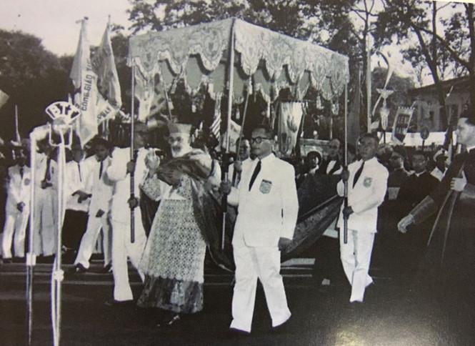 """Vào thời điểm năm 1959, Đức Hồng y Agagianian đã làm phép tượng Đức Mẹ Hòa Bình tại quảng trường trước nhà thờ Sài Gòn. Từ đó, với sự kiện này, nhà thờ Sài Gòn có tên gọi là nhà thờ Đức Bà. Trên bệ đá, phía trước tượng Đức Mẹ, có một tấm bảng bằng đồng với hàng chữ Latinh: REGINA PACIS - ORA PRO NOBIS - XVII. II. MCMLIX, nghĩa là """"Nữ vương Hòa Bình - Xin cầu cho chúng con - 17.2.1959"""""""