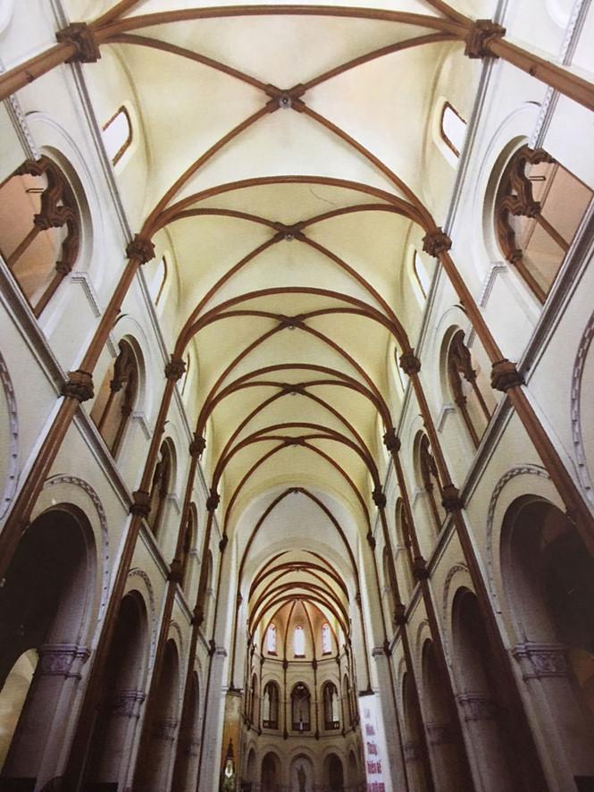 Không gian bên trong nhà thờ Đức Bà nhìn từ dưới lên