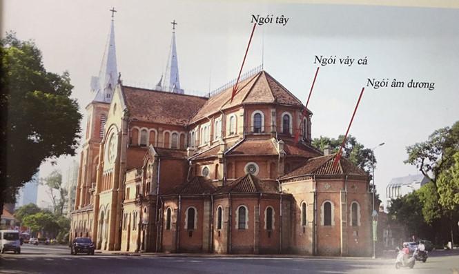 Khi thiết kế mái ngói, kiến trúc sư J.Bourad đã thành công trong việc kết hợp hài hòa giữa kiểu mái ngói Việt với mái ngói Tây. Căn cứ theo loại ngói lợp hiện nay, có thể phân chia mái ngói nhà thờ thành 3 vùng với khoảng hơn 100.000 viên ngói