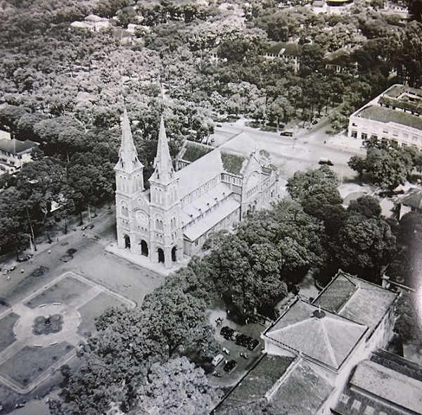 Nhà thờ Đức Bà nhìn chính diện từ trên cao và quảng trường Pigneau de Béhaine vào năm 1955