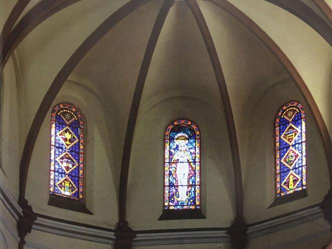 Kính màu bên trên cung thánh nhà thờ Đức Bà