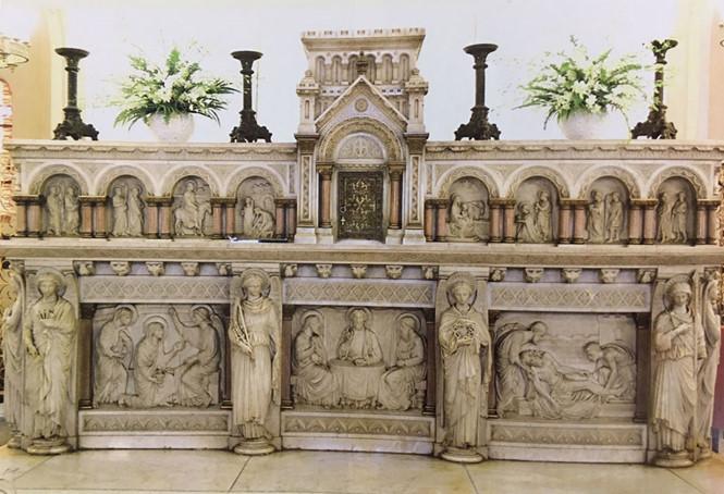 Bàn thờ phía cung thánh trong nhà thờ Đức Bà được làm bằng đá cẩm thạch nguyên khối với sáu thiên thần được tạc trên khối đá bàn thờ. Bệ đỡ bàn thờ được chia làm 3 phần, đây là tác phẩm điêu khắc mỹ thuật tuyệt đẹp diễn tả các sự kiện trong Kinh Thánh