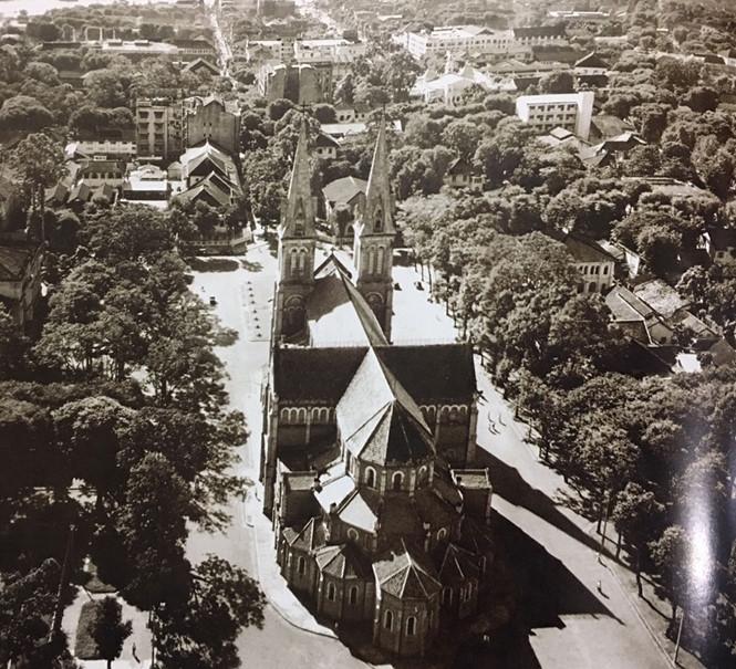 Nhà thờ Đức Bà phía sau lưng, nhìn từ trên cao vào năm 1955