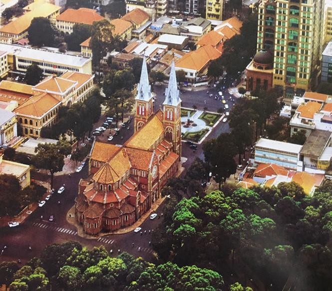 Nhà thờ Đức Bà phía sau lưng, nhìn từ trên cao vào năm 2005