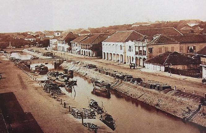 Nhà thờ Đức Bà nay là nhà thờ chính tòa của Tổng giáo phận Sài Gòn - TP.HCM. Trước đó, trong giai đoạn đầu của giáo phận Tây Đàng Trong (nay là Tổng giáo phận Sài Gòn - TP.HCM) từng có một ngôi nhà thờ đầu tiên, gọi là nhà thờ Sài Gòn ở đường số 5 (nay là đường Ngô Đức Kế, Q.1) và tiếp đó là nhà thờ Sài Gòn (thứ 2) bằng gỗ được xây dựng bên bờ Kênh Lớn. Kênh Lớn trước đây còn gọi là Kênh Chợ Vải hay Kênh Charner, nằm ngay giữa đường Nguyễn Huệ, bắt đầu từ bến Bạch Đằng chạy thẳng đến trước Dinh Xã Tây, nay là trụ sở HĐND, UBND TP.HCM (86 Lê Thánh Tôn, Q.1). Ngày 11.4.1861, theo quyết định của đô đốc Léonard Victor Joseph Charner, Kênh Lớn được đổi tên thành kênh đào Charner. Hai bên bờ kênh là hai con đường chạy song song: đường Rigault de Genouilly (phía thương xá Tax) và đường Charner (phía khách sạn Palace). Năm 1887, kênh Charner được san lấp. Hai đường phía hai bên dòng kênh được sáp nhập thành đại lộ Charner. Năm 1956, đại lộ Charner được đổi tên thành đại lộ Nguyễn Huệ, và ngày nay là quảng trường phố đi bộ Nguyễn Huệ