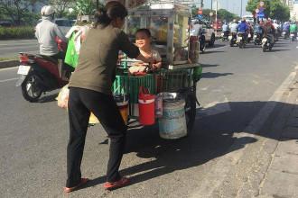 """Em bé Sài Gòn mỉm cười hạnh phúc bên gánh hàng rong của mẹ 15:01 18/04/2018  3  Nhiều người chia sẻ hình ảnh cậu bé nở nụ cười hạnh phúc khi ngồi trên gánh hàng rong của mẹ trong một ngày nắng sớm ở Sài Gòn khiến họ cảm thấy ấm lòng. """"Mẹ không là nắng nhưng mẹ vẫn chói chang"""" - mở đầu dòng chú thích cho bức ảnh """"Nụ cười của em bé bên gánh hàng rong của mẹ"""" - hiện trở thành tâm điểm chú ý trên mạng.  Theo đó, một người mẹ đẩy xe hàng rong mưu sinh, ngồi trên chiếc xe là cậu con trai mỉm cười hạnh phúc. Không ít người cho hay họ cảm thấy xúc động khi xem khoảnh khắc đời thường này và chia sẻ về câu chuyện thời ấu thơ bên cha mẹ của mình.  Em be Sai Gon mim cuoi hanh phuc ben ganh hang rong cua me hinh anh 1 Bức ảnh nụ cười của em bé bên gánh hàng rong của mẹ được dân mạng quan tâm. Ảnh chụp màn hình. Anh Nguyễn Ngọc Thuận - chủ nhân bức ảnh - cho Zing.vn biết anh thường thích ghi lại những hình ảnh bình dị trong cuộc sống. Trên đường đi làm, anh đã nán lại 10 phút để ghi lại khoảnh khắc nụ cười hạnh phúc của bé trai ngồi bên gánh hàng rong.  """"Tôi rất thích con nít, trải qua tuổi thơ nghèo khó nên đồng cảm với cậu bé. Thấy em đón nhận cuộc đời một cách vô tư, hạnh phúc nên tôi cố nán lại và chia sẻ nó lên mạng"""", anh Thuận kể.  Người đăng ảnh cho biết khoảnh khắc trên được anh chụp cách đây hơn một tuần, vào đầu giờ sáng trên đại lộ Võ Văn Kiệt, TP.HCM.  Em be Sai Gon mim cuoi hanh phuc ben ganh hang rong cua me hinh anh 2 Khoảnh khắc này được anh Thuận tình cờ chụp ảnh trên đường đi làm. Ảnh: Nguyễn Ngọc Thuận."""