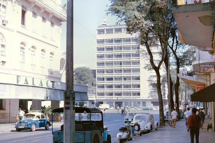 Khách sạn Continental Palace (trái) và khách sạn Caravelle (phải), nhìn từ đường Tự Do. Ảnh: John A. Hansen.