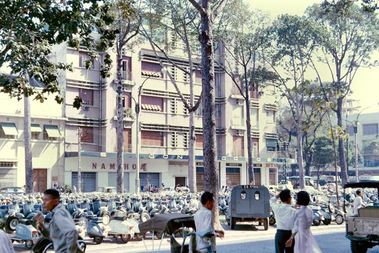 Bãi xe máy trên đại lộ Lê Lợi, khúc giữa đại lộ Nguyễn Huệ và đường Tự Do. Ảnh: John A. Hansen.
