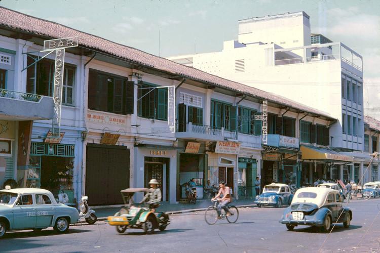 Đường Nguyễn Văn Thinh (nay là Mạc Thị Bưởi) khúc Tự Do tới Hai Bà Trưng. Ảnh: John A. Hansen.
