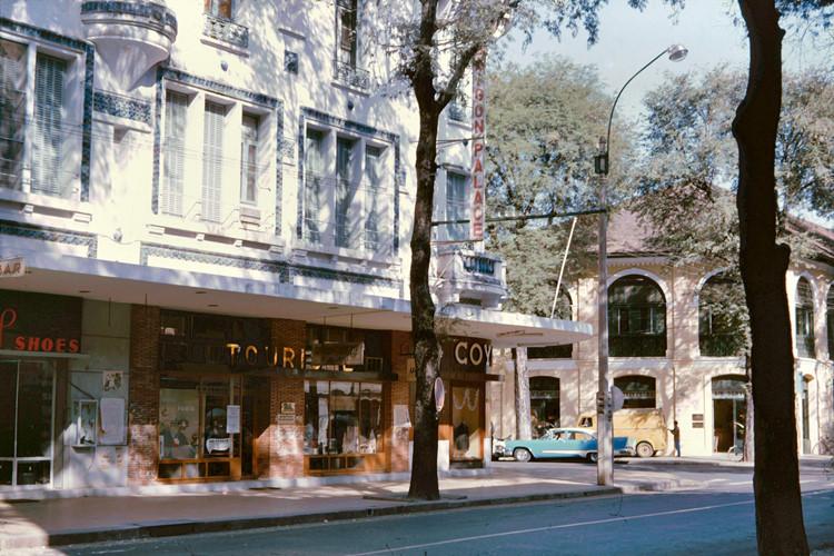 Khách sạn Saigon Palace ở góc Tự Do - Phạm Đình Hổ (nay là góc Đồng Khởi - Ngô Đức Kế). Ảnh: John A. Hansen.