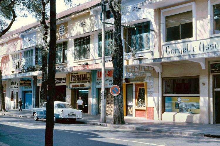 Các cửa hàng sang trọng trên đường Tự Do (nay là đường Đồng Khởi), Sài Gòn năm 1965. Ảnh: John A. Hansen.
