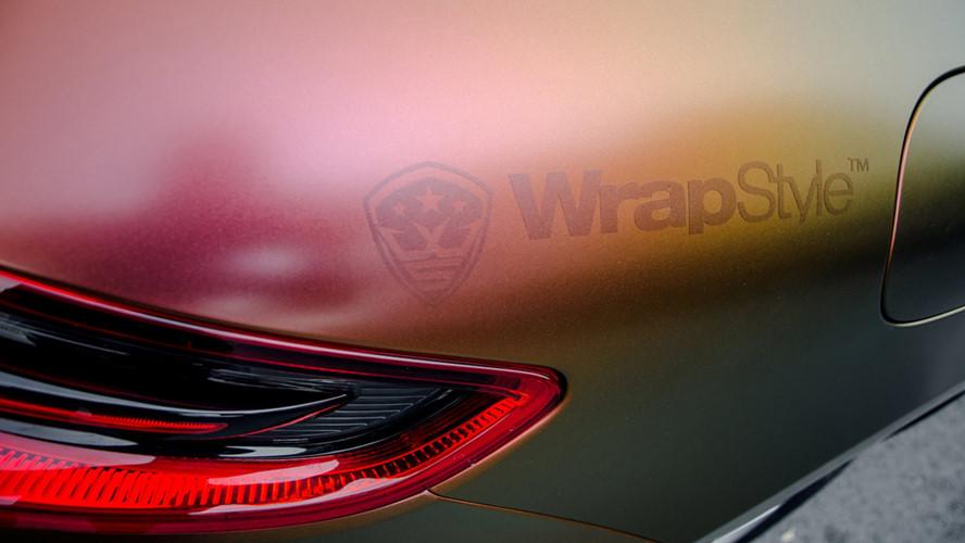 """Với việc dán bộ """"áo mới"""" này, mỗi khi có ánh nắng chiếu vào ngoại hình chiếc SUV hạng sang Porsche Macan khiến nó trở nên ảo diệu hơn."""