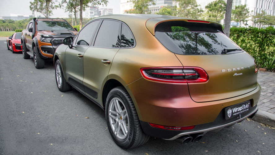 Cách sơn phủ màu độc lạ bằng việc dán lên một lớp decal mới này được chủ nhân áp dụng trên toàn bộ thân trước và sau của xe.