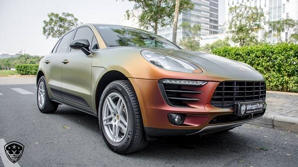 """Lớp """"áo"""" sắc màu óng ánh có khả năng hiệu ứng đổi màu dưới nắng khiến chiếc xe SUV hạng sang Porsche Macan tại Sài Gòn luôn trở thành tâm điểm chú ý mỗi nơi nó đi qua."""