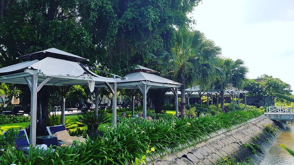 Thảo Điền Village: Nằm ở quận 2 với tổng diện tích gần 20.000 m2, khu nghỉ dưỡng này cách trung tâm TP khoảng 7 km, với không gian xanh mát, rộng rãi. Khu nghỉ ven sông sở hữu bể bơi sạch, nằm giữa khu vườn xanh tốt, có bể sục, đủ mọi tiện ích sang trọng như nhà hàng, phòng tập, quán cà phê, khu mua sắm để phục vụ du khách  Ảnh: Jimmy Do