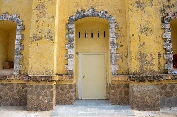 Giống như các công trình kiến trúc Pháp ở Sài Gòn, điểm nhấn của đài nước là hàng loạt cửa chính, cửa sổ, lỗ thông gió có thiết kế cầu kỳ.
