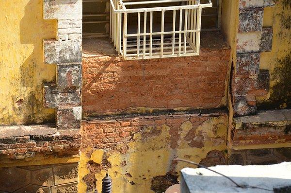 Nhiều mảng tường của thuỷ đài đã tróc, để lộ lớp gạch và không còn lớp sơn như ban đầu.